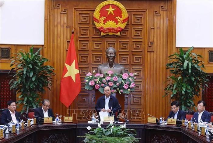 越南政府总理阮春福主持会议讨论如何推动生产经营 - ảnh 1