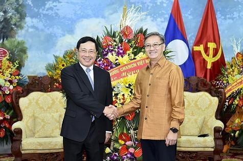 越南政府副总理兼外长范平明向老挝驻越大使馆拜年 - ảnh 1