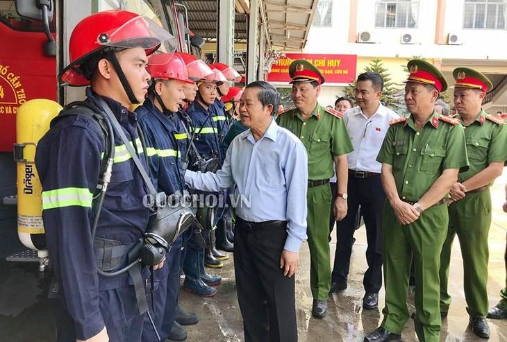 越南国会副主席杜伯巳监督消防法律落实情况 - ảnh 1
