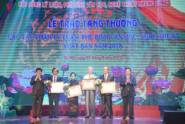 越共中央书记处赠送具有理论和实践价值的多部理论和文学艺术批评作品 - ảnh 1