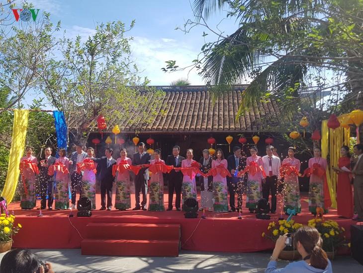 越南与世界丝绸和土锦布文化节开幕 - ảnh 1