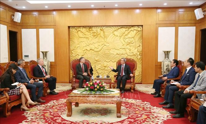 越共中央经济部部长阮文平会见世行和谷歌领导人 - ảnh 1