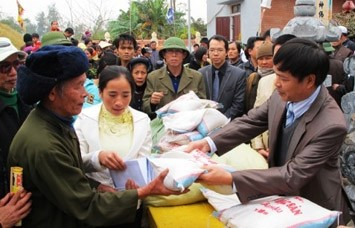 Rice distributed to poor people in Quang Binh to welcome Tet - ảnh 1