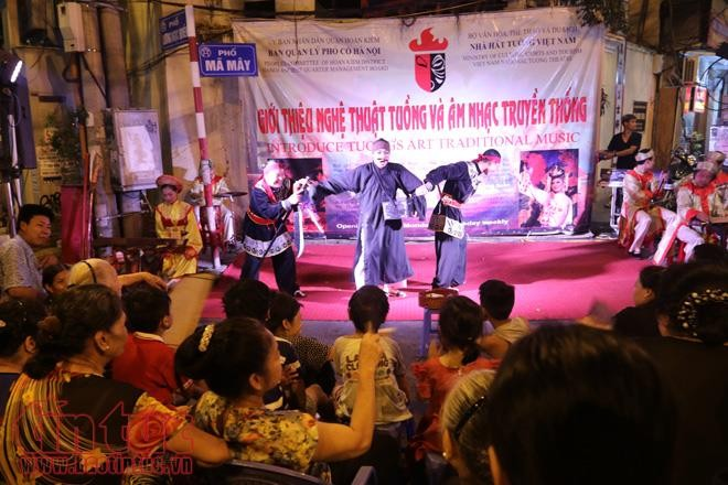 Music performances liven up Hanoi's Old Quarter - ảnh 2