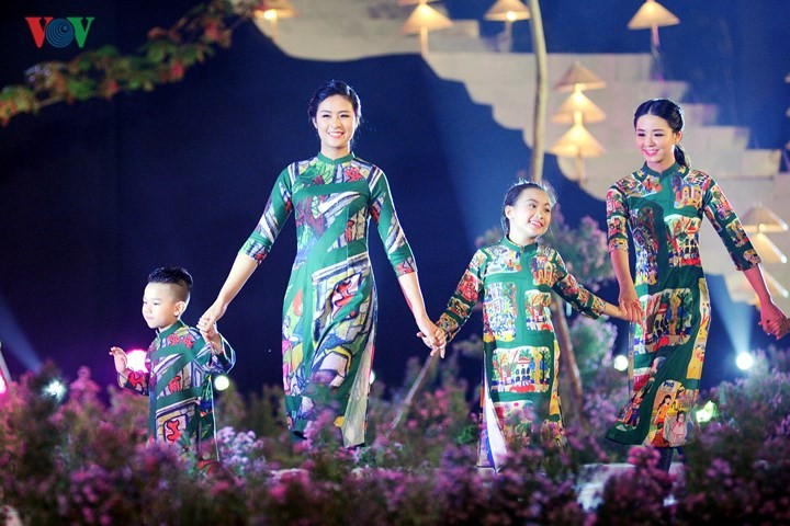 Vietnamese designers promote traditional long dress abroad - ảnh 2