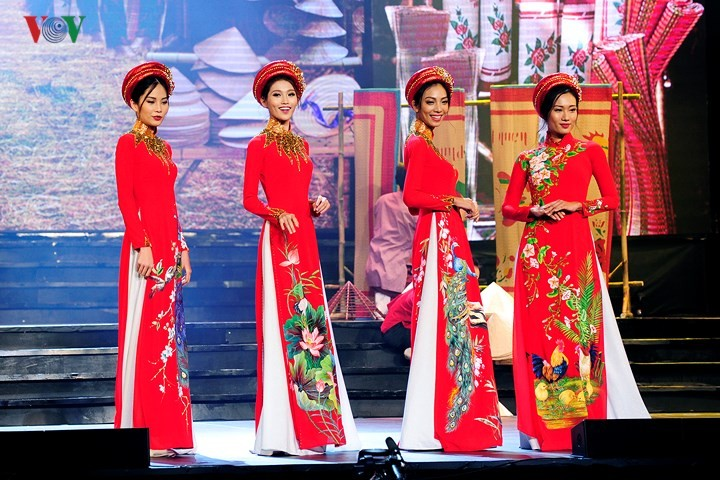 Vietnamese designers promote traditional long dress abroad - ảnh 1