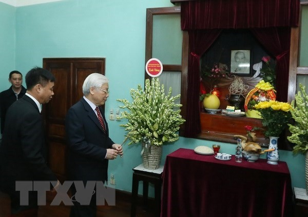 Party, State leader pays tribute to President Ho Chi Minh  - ảnh 1