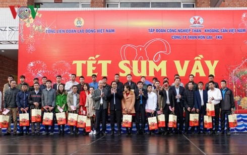 Tet gifts, greetings delivered to coal miners in Quang Ninh - ảnh 1