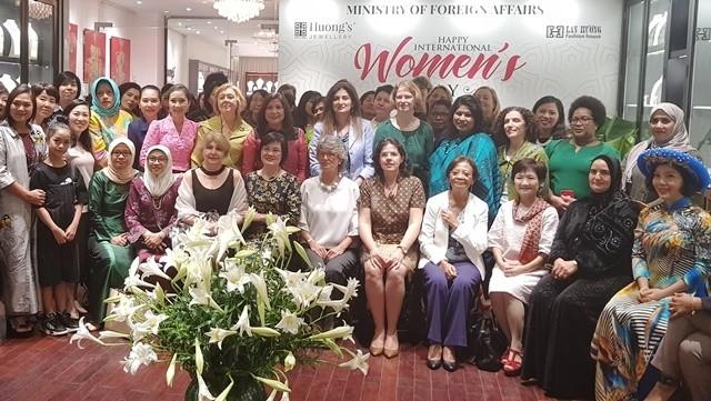 Female diplomats celebrate International Women's Day in Hanoi - ảnh 1