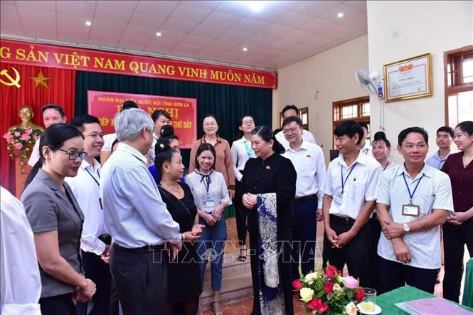 NA Vice Chairwoman Tong Thi Phong meets voters in Son La - ảnh 1