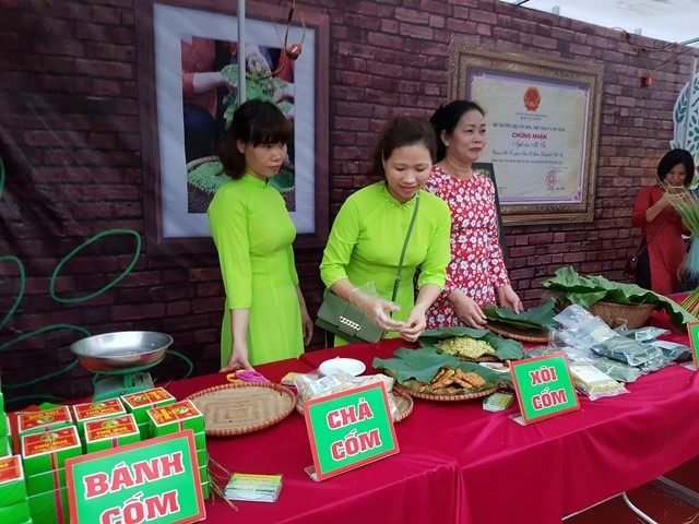 Me Tri's young sticky rice flake making craft recognized as national heritage - ảnh 2