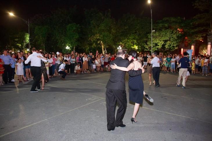 Tango, danza que acerca la cultura argentina al público vietnamita - ảnh 2