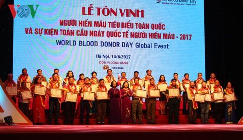Vietnam homenajea a 100 personas ejemplares en la donación de sangre  - ảnh 1