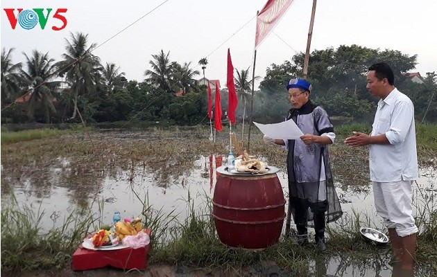 "Singularidad en la ceremonia de ""Xuong Dong"" de Quang Yen  - ảnh 1"