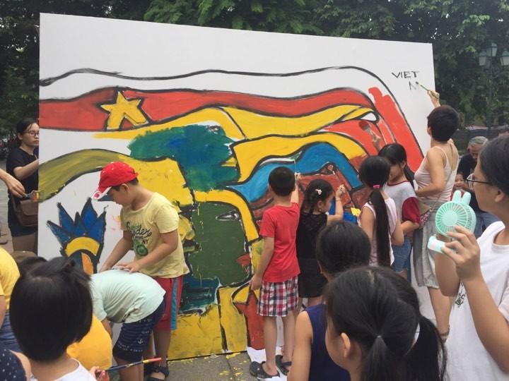 Efectúan en Hanói el intercambio de pintura con muralista chileno  - ảnh 2