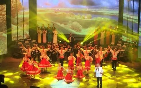 """El presidente vietnamita asiste al espectáculo artístico """"Epopeya de Octubre"""" - ảnh 1"""