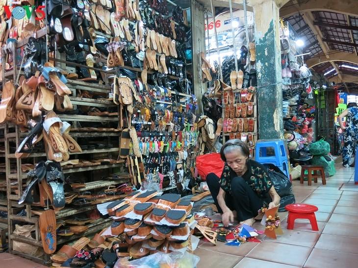 Una mujer mantiene el oficio de elaborar zuecos de madera  - ảnh 1