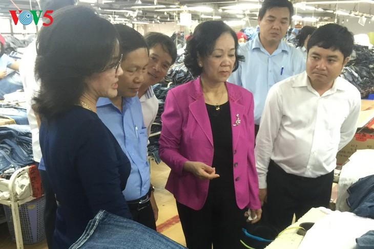 Dirigente partidista de visita de trabajo en la provincia sureña de Binh Duong  - ảnh 1
