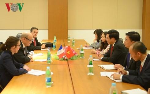 Reuniones bilaterales del vicepremier vietnamita al margen de la Cumbre del ASEM 13 - ảnh 1