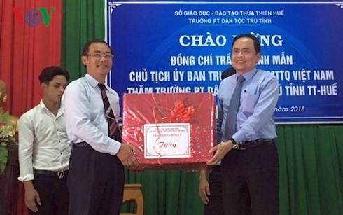 Insta a realizar mayores esfuerzos de superación a alumnos étnicos de Thua Thien Hue - ảnh 1