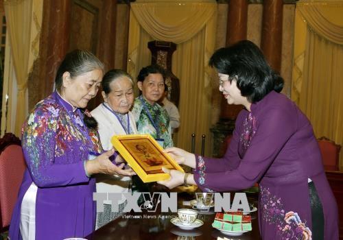 Vicepresidenta vietnamita insta a atender mejor a personas con méritos revolucionarios de Tien Giang - ảnh 1
