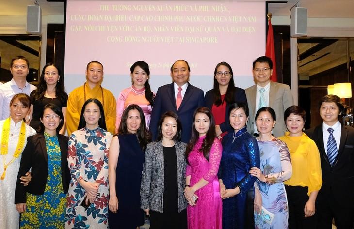 Premier vietnamita se encuentra con la comunidad nacional en Singapur - ảnh 1