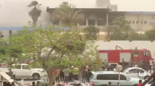 Ataque suicida en sede de la Comisión Electoral de Libia causa muchas bajas - ảnh 1