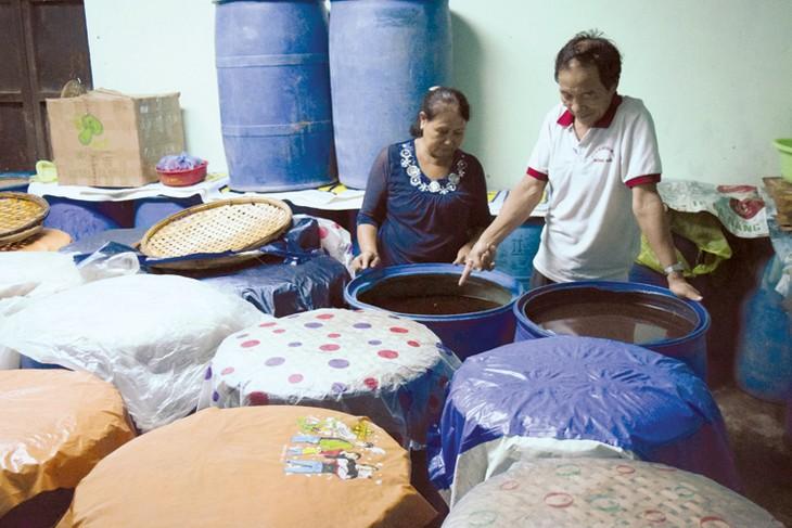Preservan y desarrollan el oficio de hacer salsa de pescado de Nam O  - ảnh 1