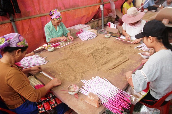Quy Chau y su oficio tradicional de elaborar inciensos - ảnh 2