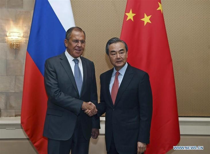 Canciller chino aprecia la visita del presidente ruso a su país  - ảnh 1