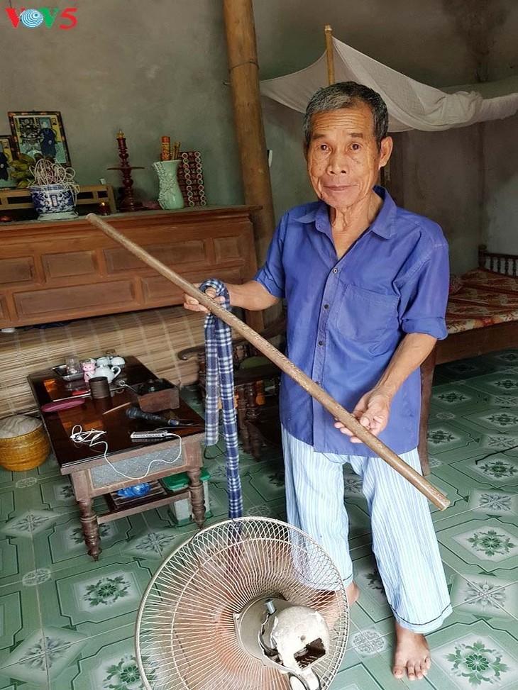 El veterano de guerra Phung Van Quan preserva el legendario bastón de bambú de Truong Son - ảnh 1