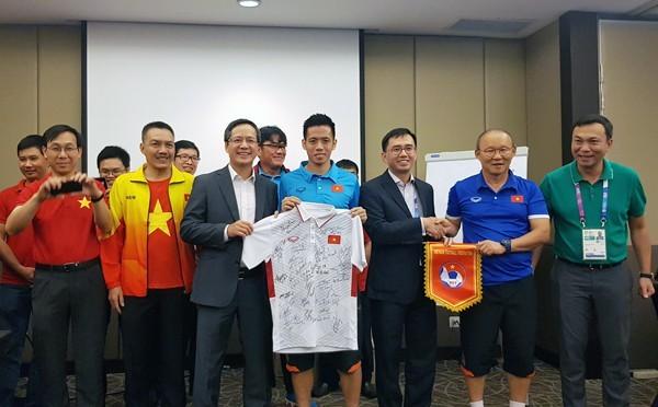 Embajada de Vietnam en Indonesia alienta el espíritu del equipo olímpico de fútbol  - ảnh 1