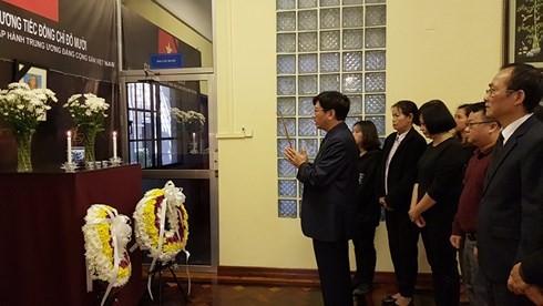 Numerosas embajadas vietnamitas en ultramar rinden homenaje a Do Muoi - ảnh 1