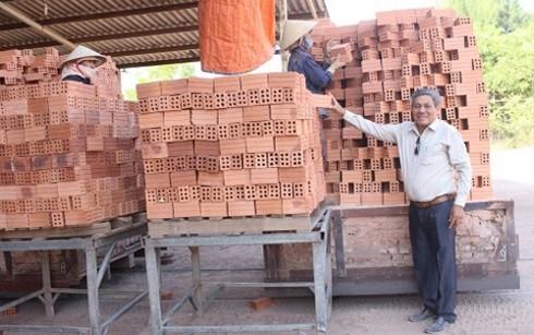Nguyen Ngoc Sau, funcionario del Frente de la Patria preocupado por el apoyo a los pobres - ảnh 1