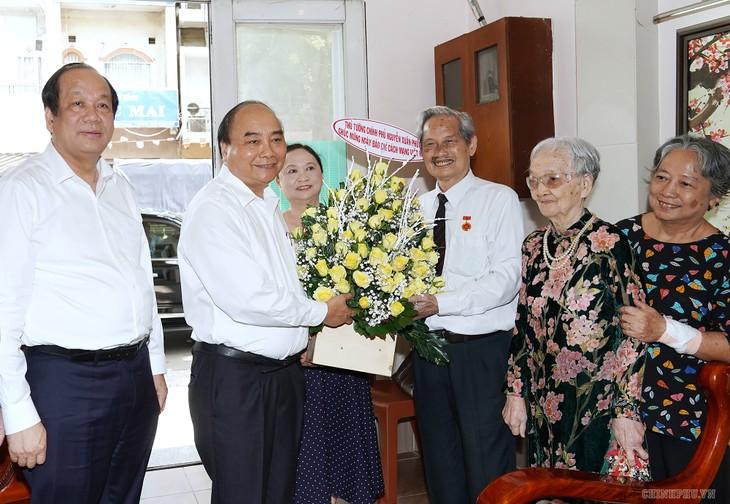 Premier vietnamita exhorta a periodistas a aportar al desarrollo nacional  - ảnh 1