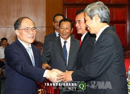 ประธานรัฐสภาให้การต้อนรับเอกอัครราชทูต หัวหน้าสำนักงานตัวแทนเวียดนามประจำต่างประเทศ - ảnh 1