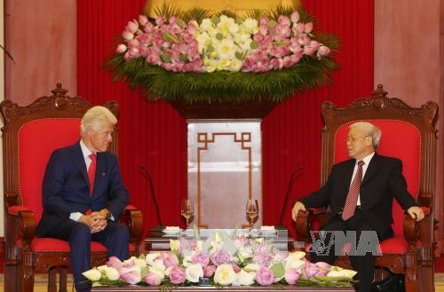 ผู้นำพรรคและรัฐเวียดนามให้การต้อนรับอดีตประธานาธิบดีสหรัฐ บิลคลินตัน - ảnh 1