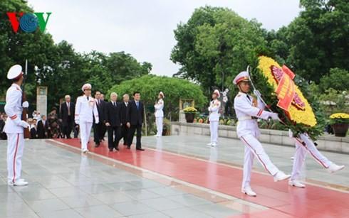 ผู้นำพรรคและรัฐจุดธูปเพื่อรำลึกถึงทหารพลีชีพเพื่อชาติ - ảnh 1