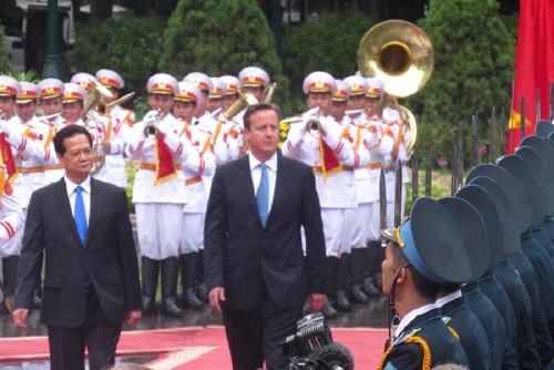 นายกรัฐมนตรีเหงียนเติ๊นหยุงเป็นประธานพิธีต้อนรับนายกรัฐมนตรีสหราชอาณาจักร - ảnh 1
