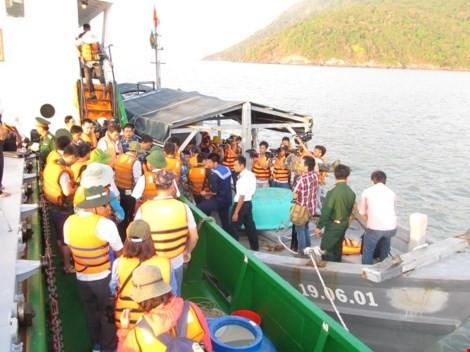 คณะปฏิบัติงานของกองทัพเรือเขต5เยือนหมู่เกาะห่อนควายเพื่ออวยพรในโอกาสฉลองตรุษเต๊ต - ảnh 1