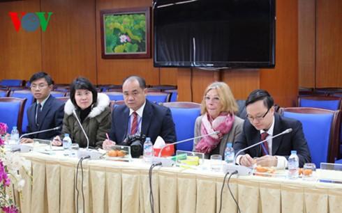 คณะผู้สื่อข่าวระหว่างประเทศที่เข้าร่วมการประชุมสมัชชาใหญ่พรรคสมัยที่12เยือนสถานีวิทยุเวียดนาม - ảnh 1