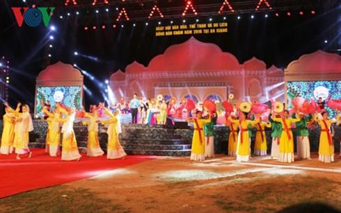 เปิดงานวันวัฒนธรรม การกีฬาและการท่องเที่ยวชุมชนชนเผ่าจามปี 2016 - ảnh 1