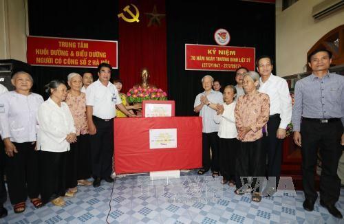 เลขาธิการใหญ่พรรคคอมมิวนิสต์เวียดนาม เหงียนฟู้จ่อง มอบของขวัญให้แก่ผู้ที่บำเพ็ญประโยชน์ต่อการปฏิวัติ - ảnh 1