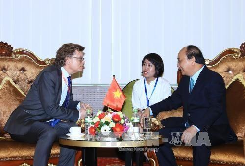 นายกรัฐมนตรี เหงียนซวนฟุก พบปะกับบรรดาเอกอัครราชทูตและตัวแทนของสำนักงานการทูต - ảnh 1