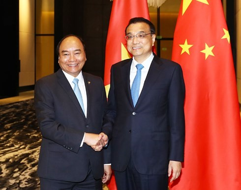 นายกรัฐมนตรี เหงียนซวนฟุก พบปะกับนายกรัฐมนตรีจีน หลีเค่อเฉียง - ảnh 1