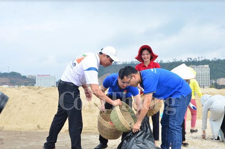 จังหวัดกว๋างนิงห์เปิดการรณรงค์ทำความสะอาดชายหาดอ่าวฮาลอง - ảnh 1