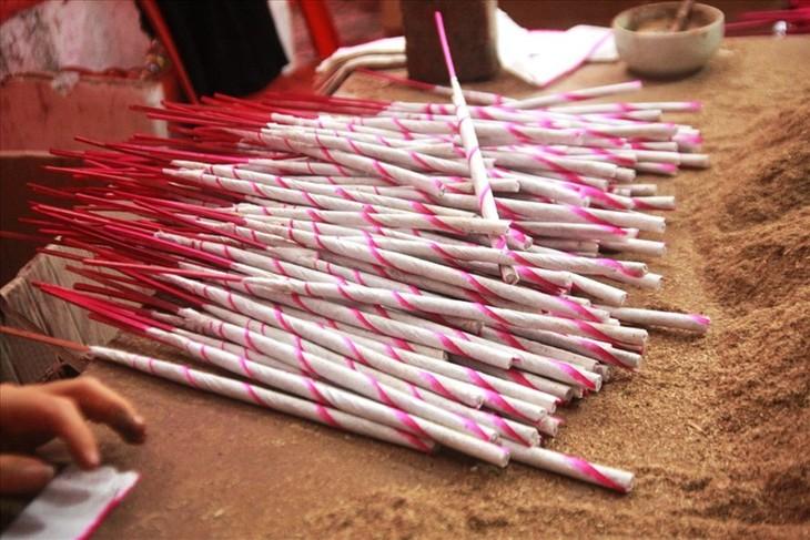 หมู่บ้านประกอบอาชีพผลิตธูปไม้หอมกวี่โจว จังหวัดเหงะอาน - ảnh 1
