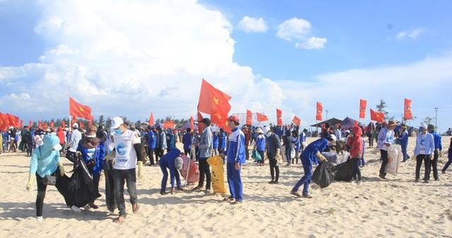 ประชาชนนับพันคนร่วมกันทำความสะอาดทะเลกว๋างจิ - ảnh 1
