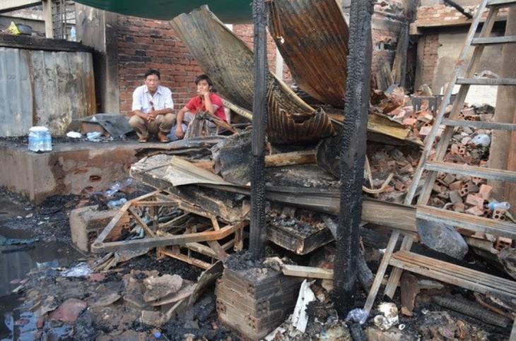 เยี่ยมเยือนครอบครัวชาวเวียดนามในกัมพูชาที่ได้รับความเสียหายจากเหตุไฟไหม้ - ảnh 1