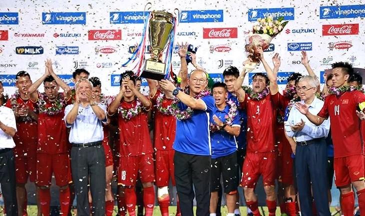 ทีมฟุตบอลยู 23 เวียดนามคว้าแชมป์ในการแข่งขันฟุตบอล Vinaphone cup 2018 - ảnh 1